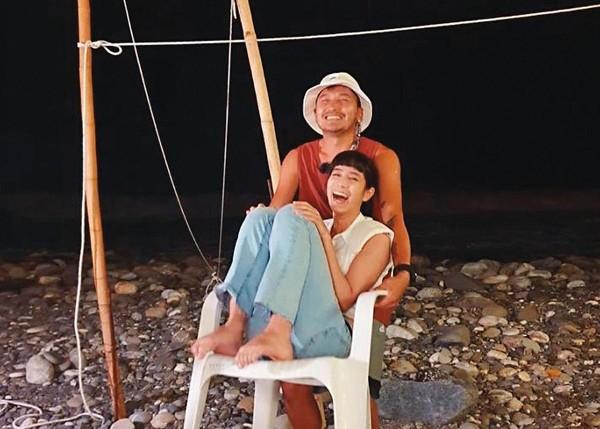 KID(後)與温貞菱(前)在《我們練愛吧》中非常浪漫,不少網友也敲碗要他們在一起。(翻攝自温貞菱IG)