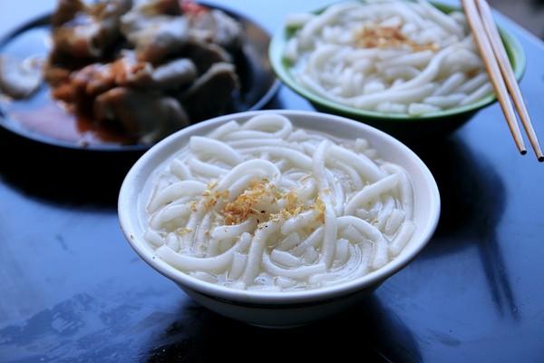 基隆人很懂吃!米苔目裝一大碗只要10元 粉腸+特製辣椒超過癮 | ETt
