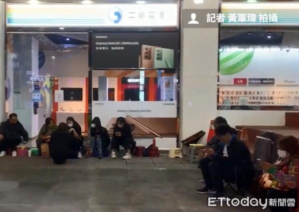 搶購iPhone 12超狂果粉!頭香哥上週六已卡位 有人請假排隊