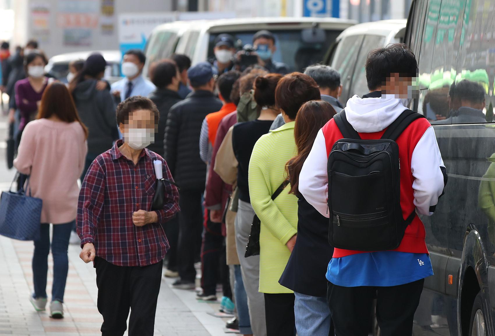 ▲▼南韓首爾市江西區民眾排隊等待接種流感疫苗。(圖/CFP)