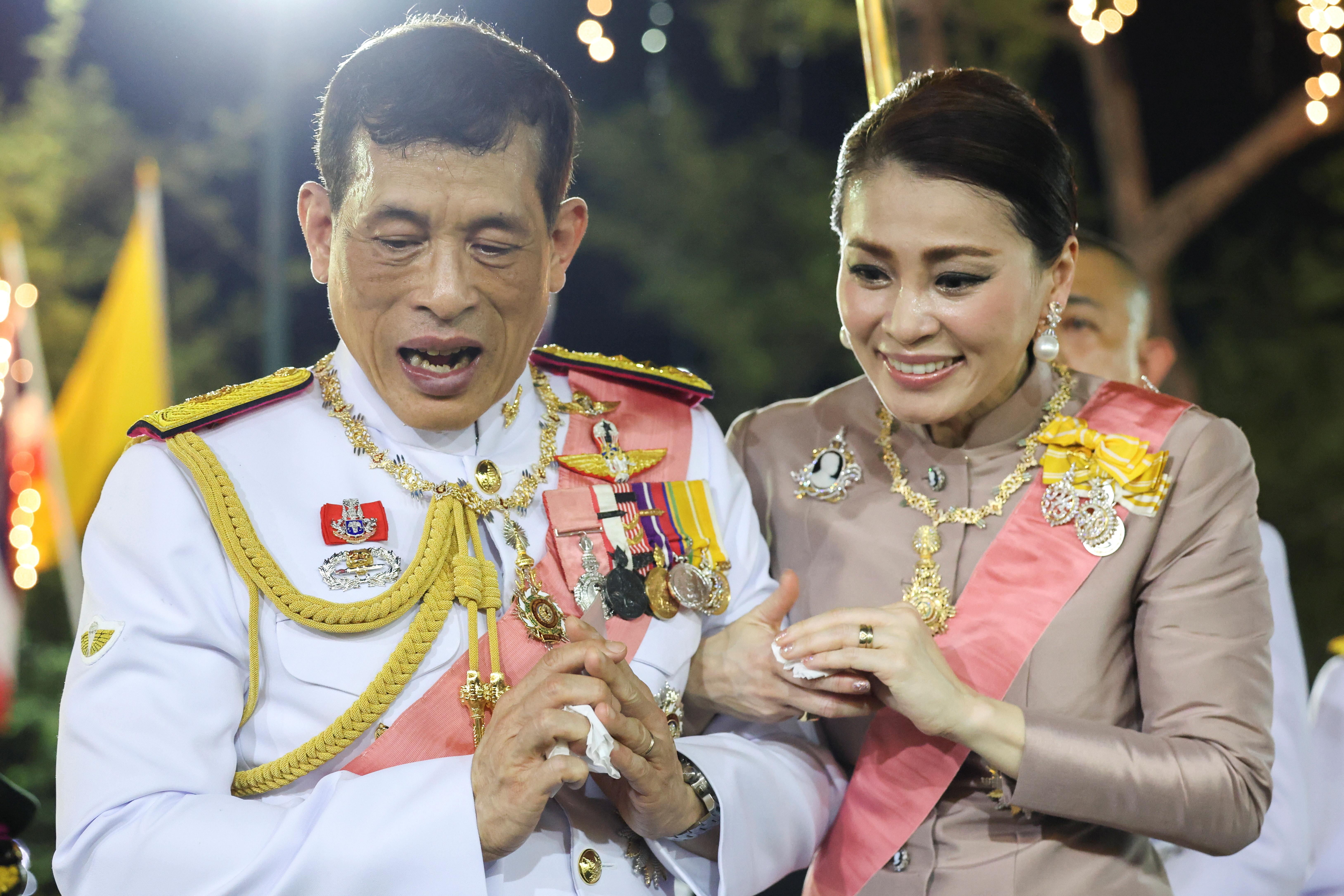 ▲現任泰王瓦吉拉隆功(Vajiralongkorn)偕同皇后蘇堤達(Suthida)出席朱拉隆功的逝世紀念儀式,步出曼谷大皇宮時受到保皇派的熱烈歡迎。(圖/路透)