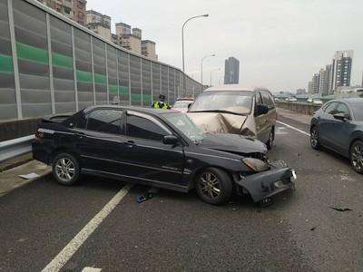 國道自撞護欄彈衝外側...貨車煞不住再撞一次 男駕駛骨折送醫