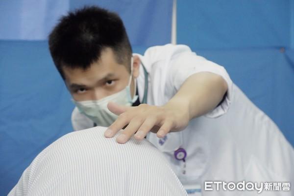 在背上跳舞的金手指!醫師廖崇淵精準觸診 護東岸學童脊椎健康 | ETto