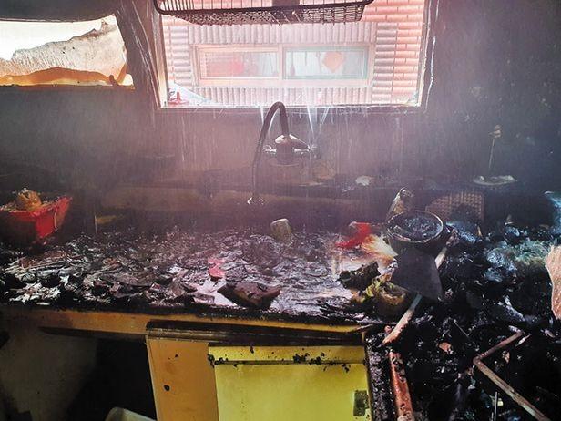 ▲▼泡麵兄弟倆的住家被大火燒得慘不忍睹。(圖/仁川彌鄒忽消防署)