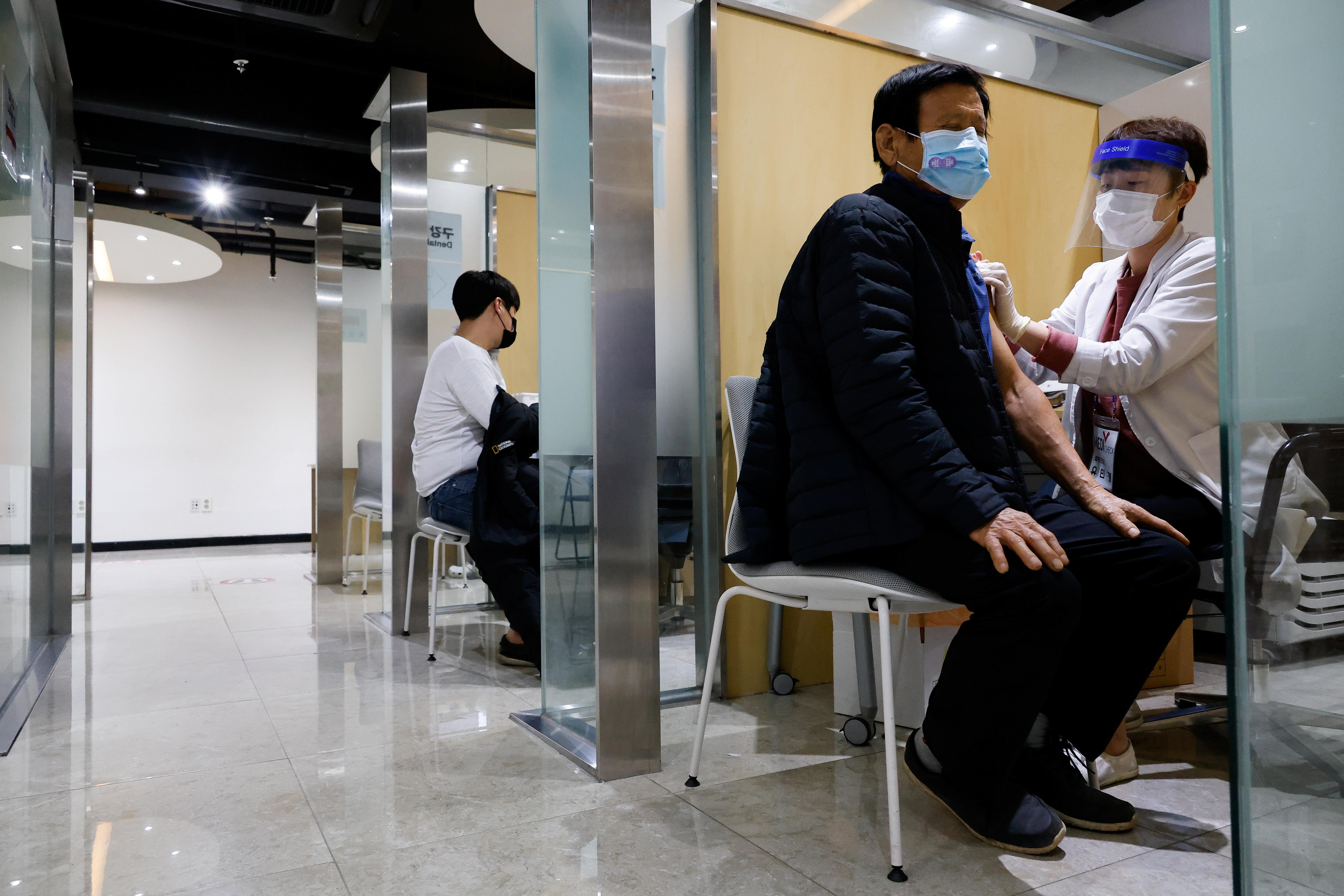 ▲▼南韓近日接種流感疫苗後死亡案例暴增,近9成是高齡人士。(圖/路透社)