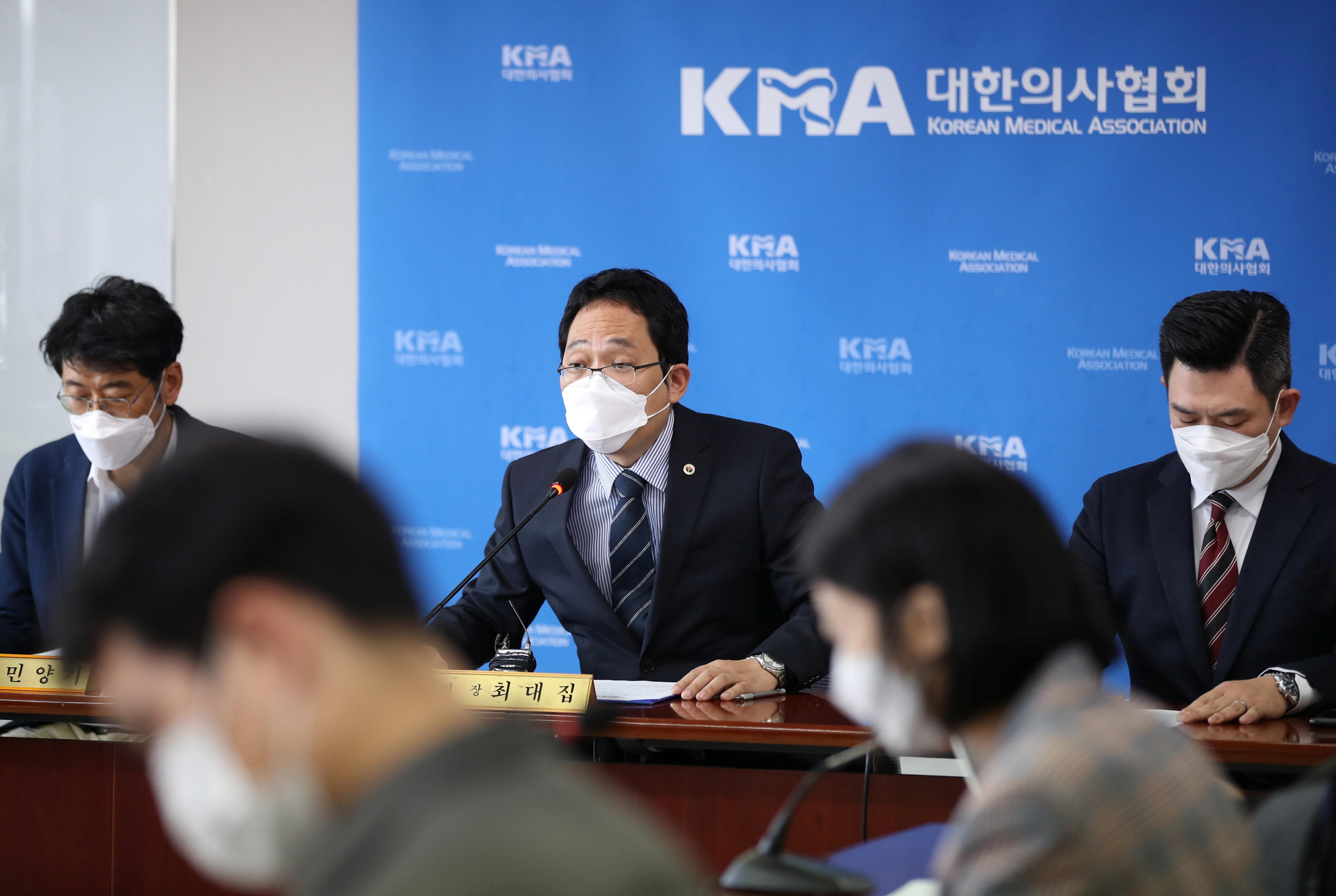 ▲▼大韓醫師協會會長崔大集建議,流感疫苗應暫緩一周施打。(圖/路透社)