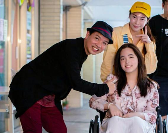 女兒得「脊髓空洞症」站不起來 張瓊瑤轉念做公益:希望她有天能離開輪椅 |