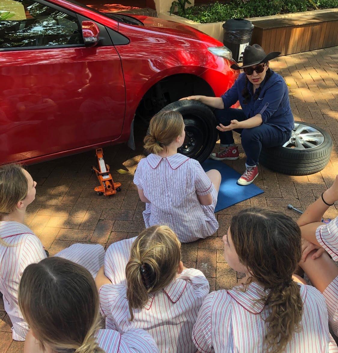 ▲▼澳州高中與汽車維修工作坊合作,教女高中生「換輪胎」。(圖/翻攝自Facebook/Stella Maris College, Manly)