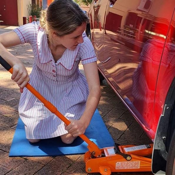 ▲▼澳州高中與汽車維修工作坊合作,教女高中生「換輪胎」。(圖/翻攝自Instagram/galmatic)