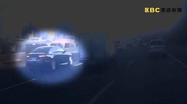 ▲▼百萬名車「國道硬切」逼車害翻覆!貨車司機曝恐怖瞬間:以為會死。(圖/東森新聞)