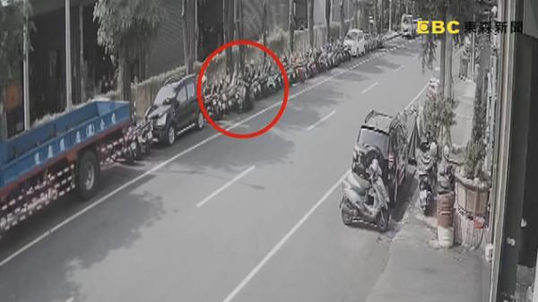 台中21歲女外送員慘摔「刷一排機車」!肇逃餐點噴一地 人抓到了