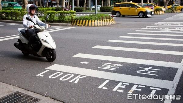 過馬路遭騎士嗆「走快一點」 低水準讓眾人酸:難怪當初要大執法