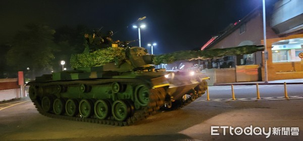 「CM11戰車」凌晨開出淡水捷運站! 50公噸移動超震撼
