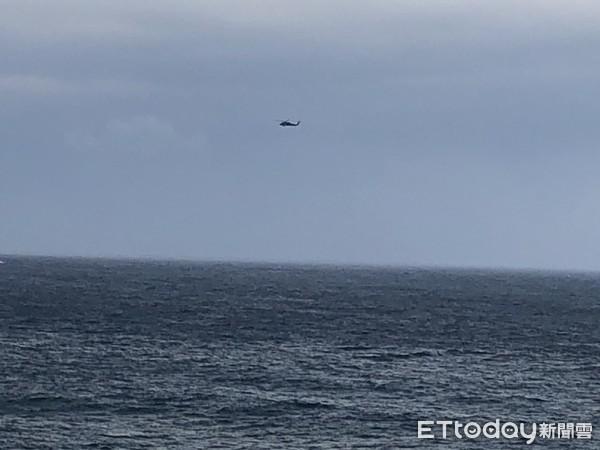 快訊/墜機飛行員找到了!墜毀前彈飛跳傘逃生 直升機吊掛搶救