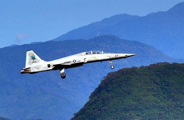 快訊/飛官曾回報「發動機故障」 國防部:F5機型全面停飛調查