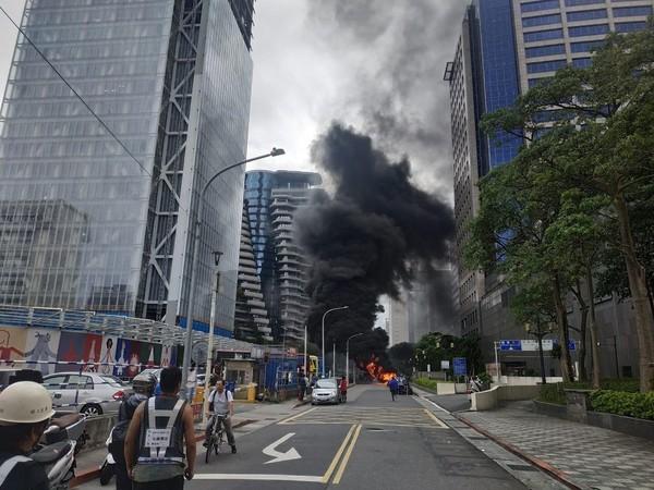 快訊/北市「陶朱隱園」旁32輛機車起火 數度爆炸濃煙直竄天際