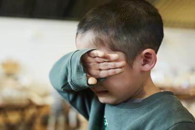 23歲長姊智力=小學生 殘障津貼被媽領走!爆氣「活活踩死」3歲弟