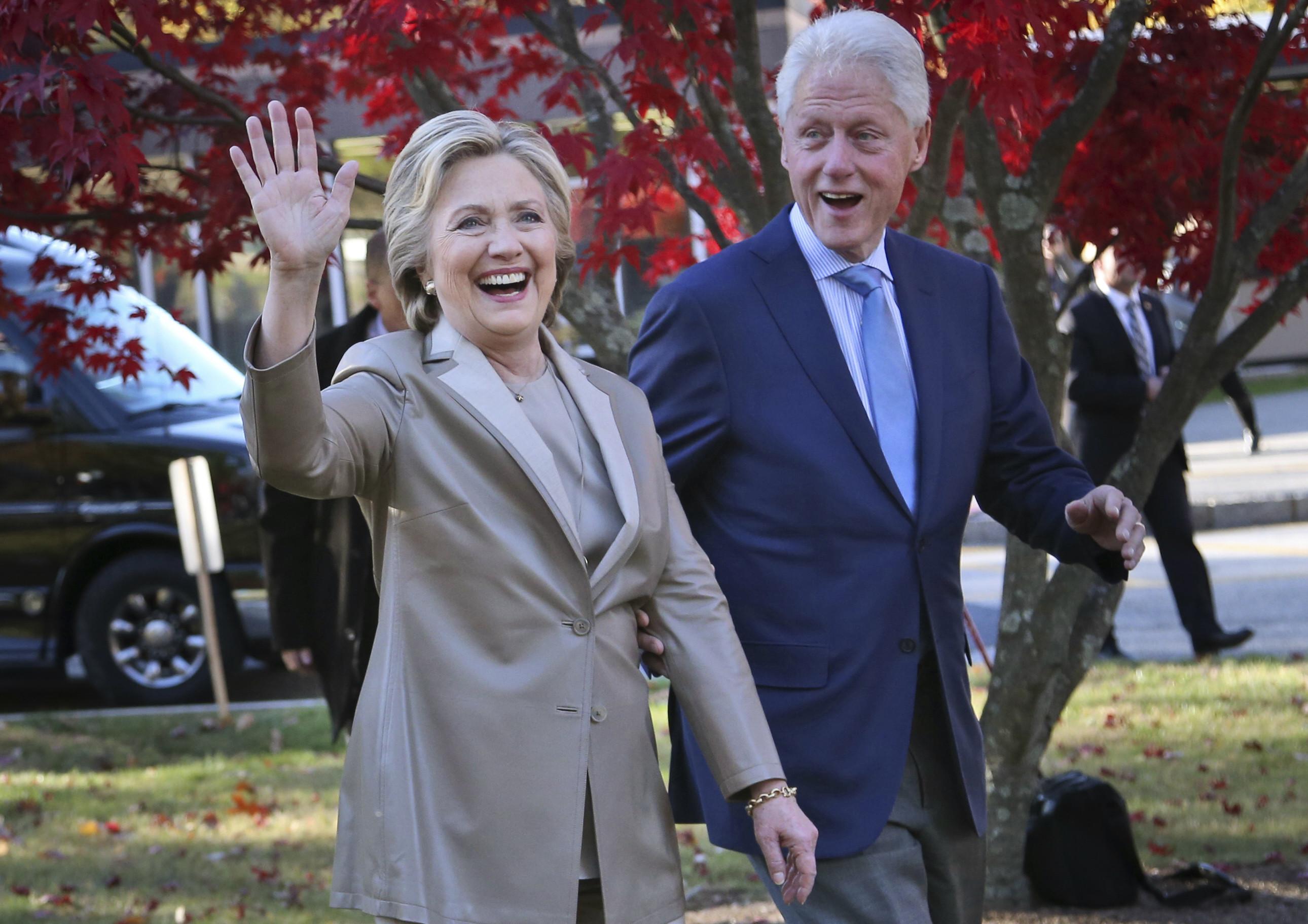 ▲▼希拉蕊與柯林頓前往紐約查帕夸一所小學投票。(圖/達志影像/美聯社)