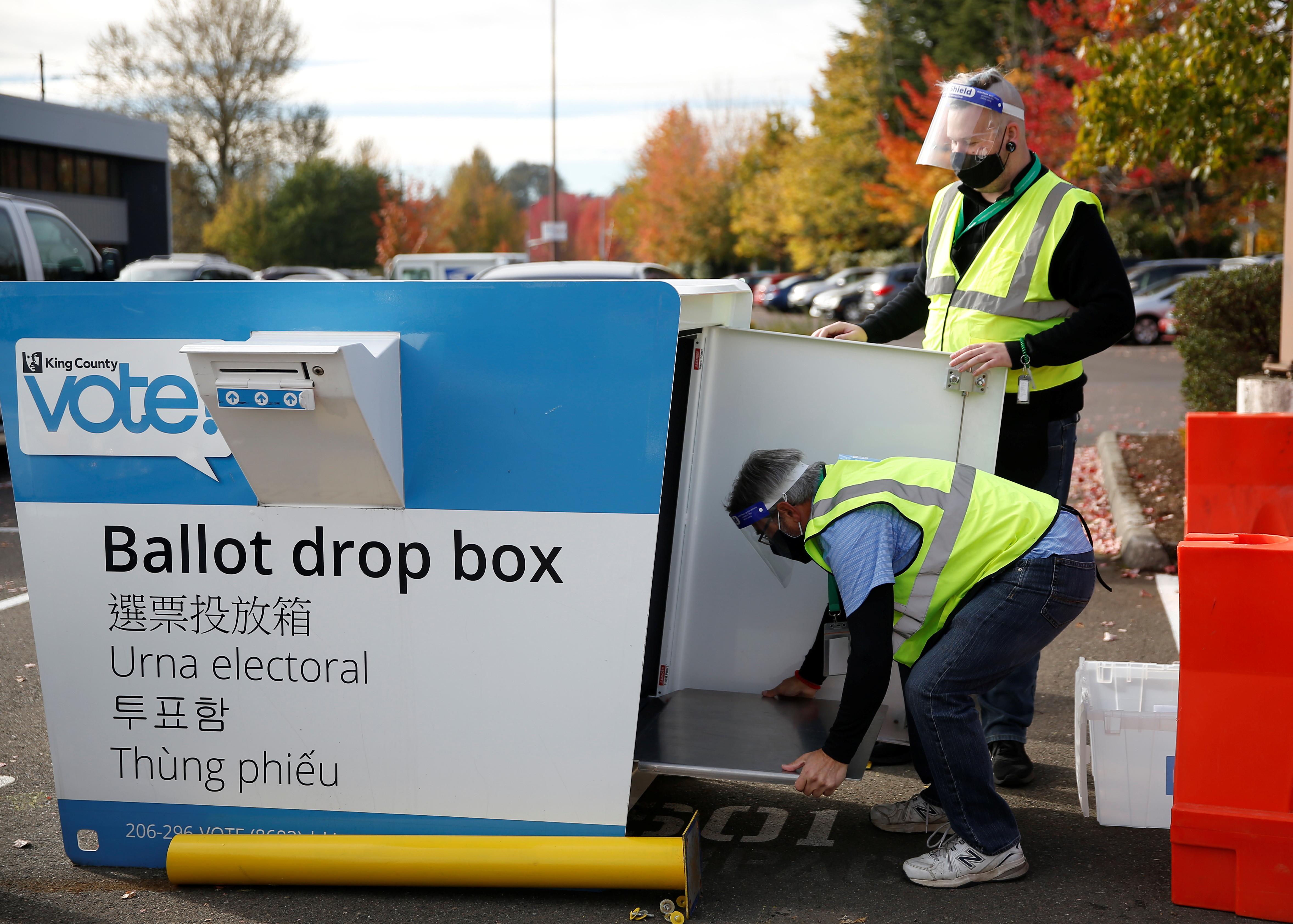 ▲▼美國華盛頓州倫頓選務人員正在回收選票。(圖/路透社)