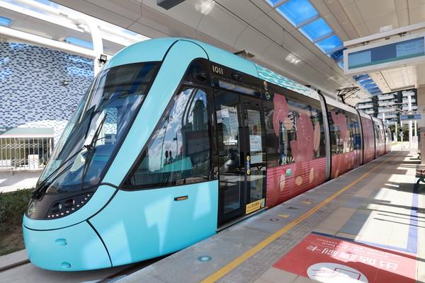 淡海輕軌全新幸福彩繪列車上路 藍海線年底通車、一日券50元搭到飽   E