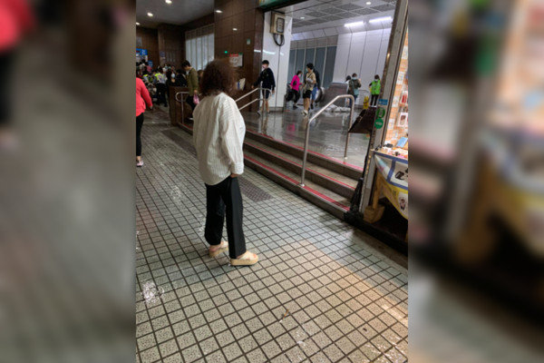 台北公館大噴水!捷運站慘變「水樂園」 男嚇壞:超怕被沖走