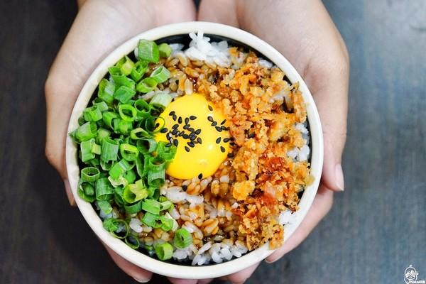 生蛋黃+油蔥酥鋪滿飯!台中邪惡「月見飯」 一碗只要35元太佛心