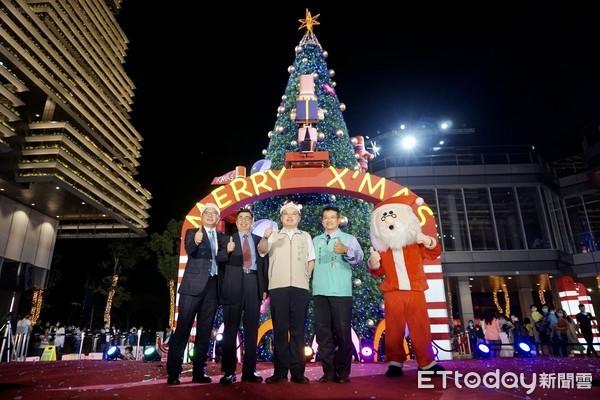 台南南紡購物中心12米高聖誕樹點燈迎佳節 黃偉哲感謝企業為弱勢發聲 |
