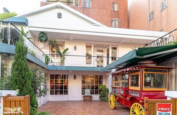 秒飛英國喝下午茶!台中巷弄浪漫老宅 空中花園+小公車太美 | ETtod