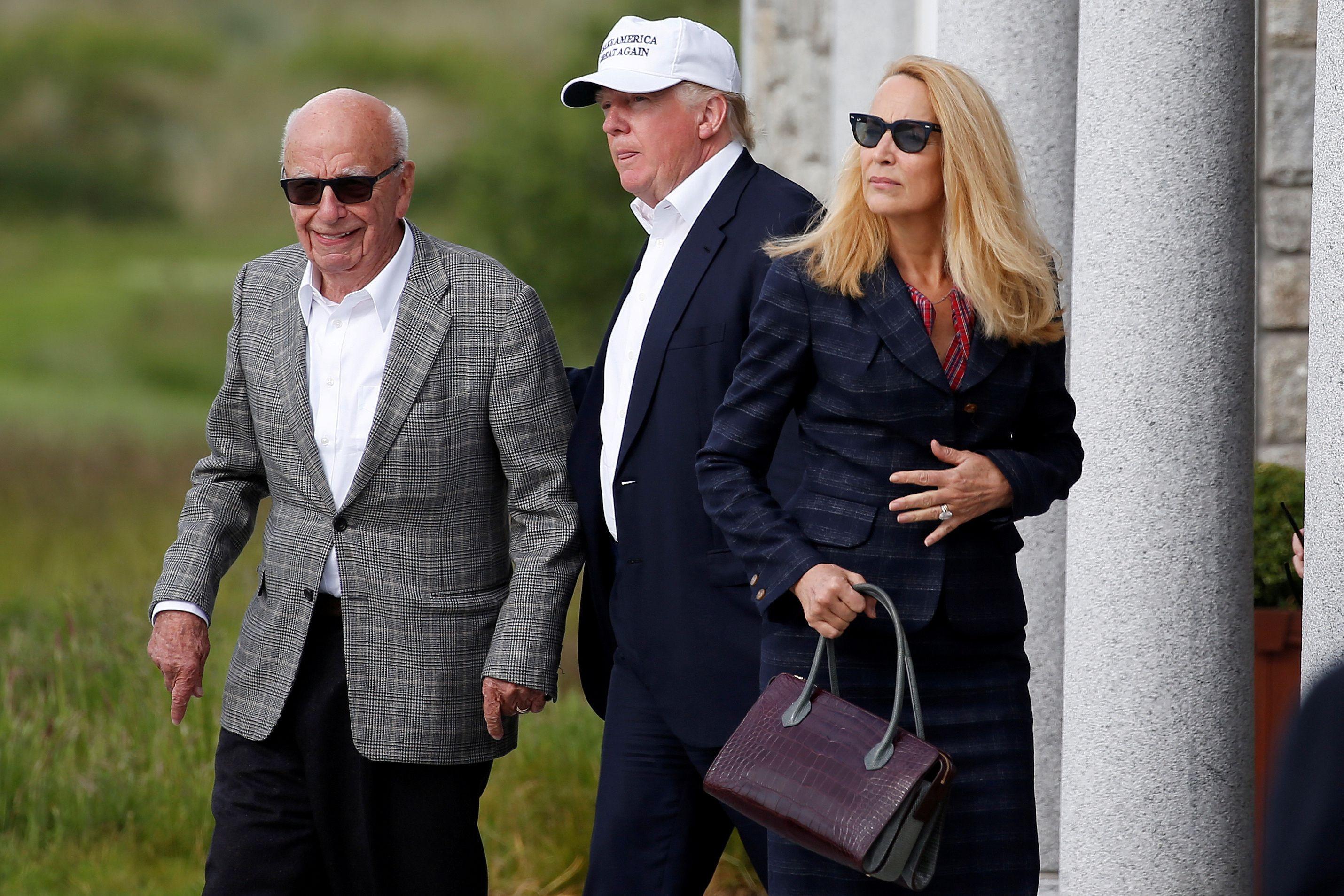 ▲美國總統川普與《福斯新聞》老董梅鐸(Rupert Murdoch,左)。(圖/路透)