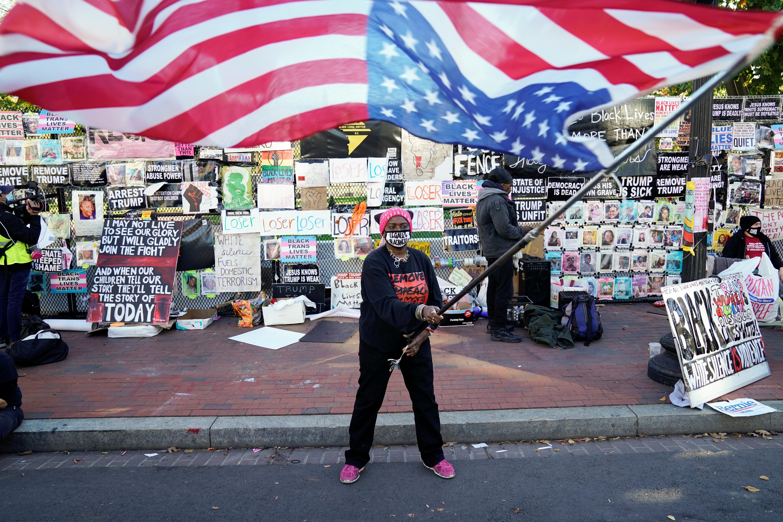 ▲▼美國開票持續進行,部分群眾在白宮外顛倒揮舞著美國國旗。(圖/路透社)