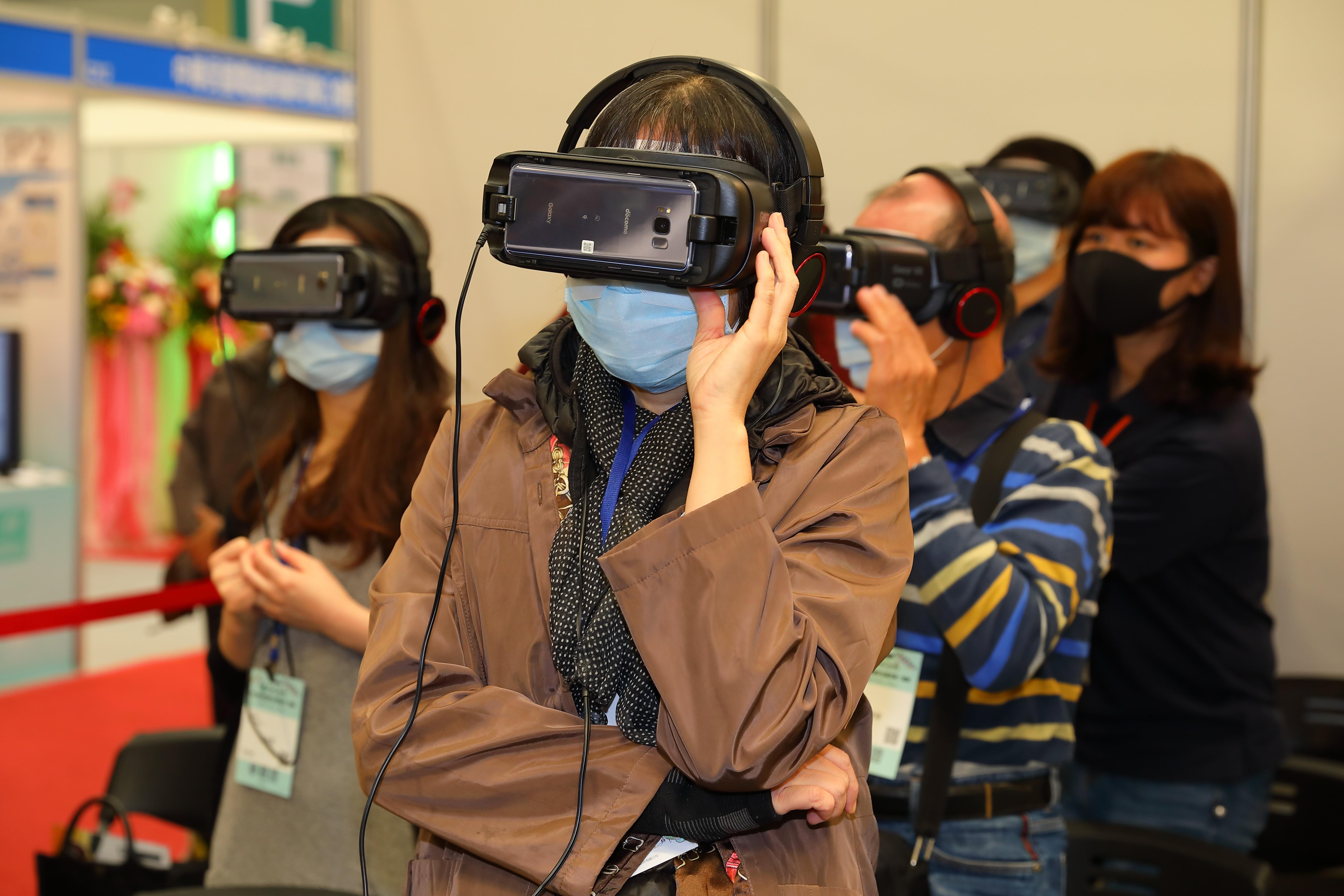 新媒體,心流理論,沈浸式概念,消費者,閱聽眾,VR,AR,網購平台