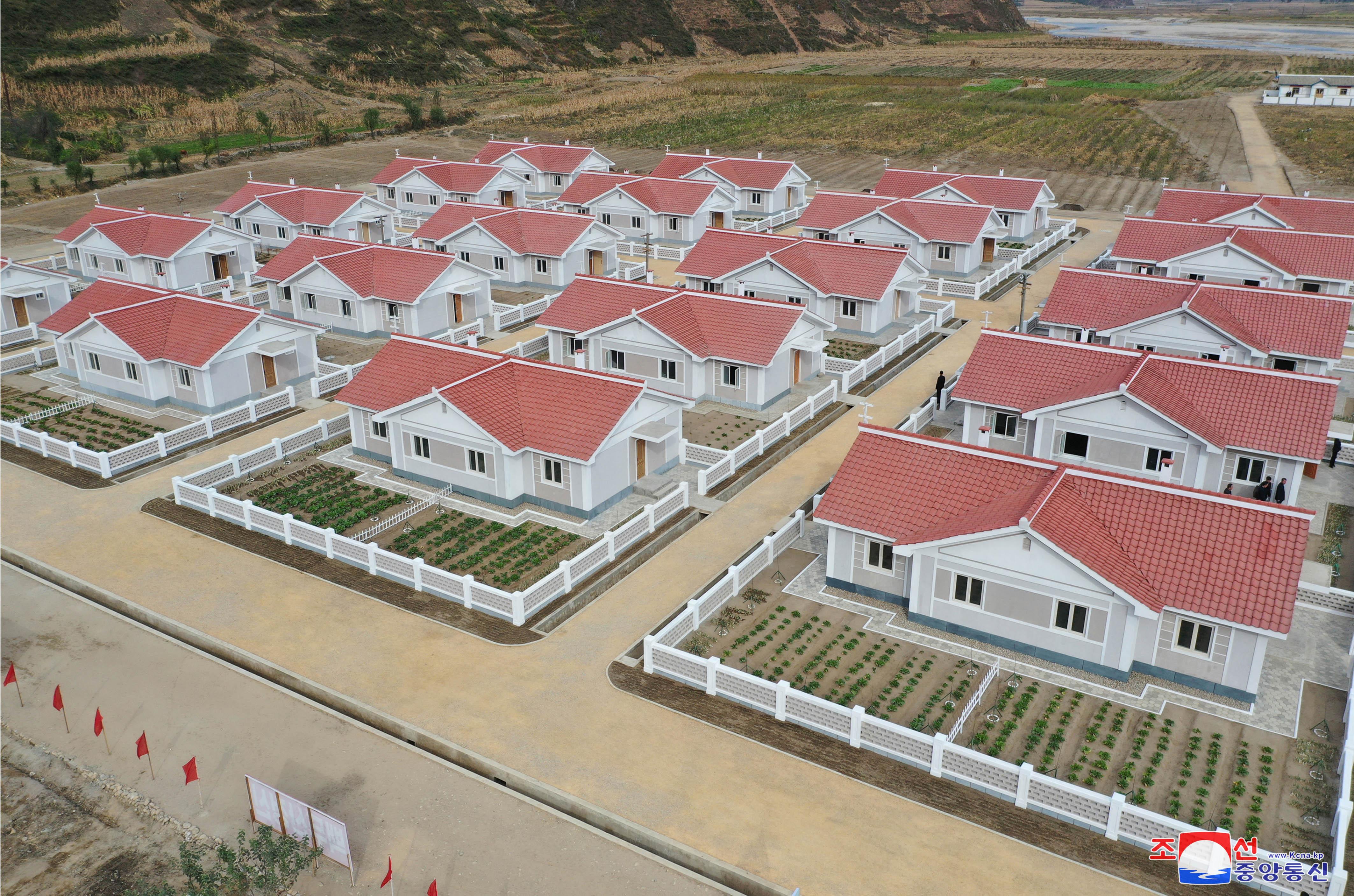 ▲▼北韓政府在咸鏡南道新浦、洪原為農民重建房舍。(圖/達志影像)