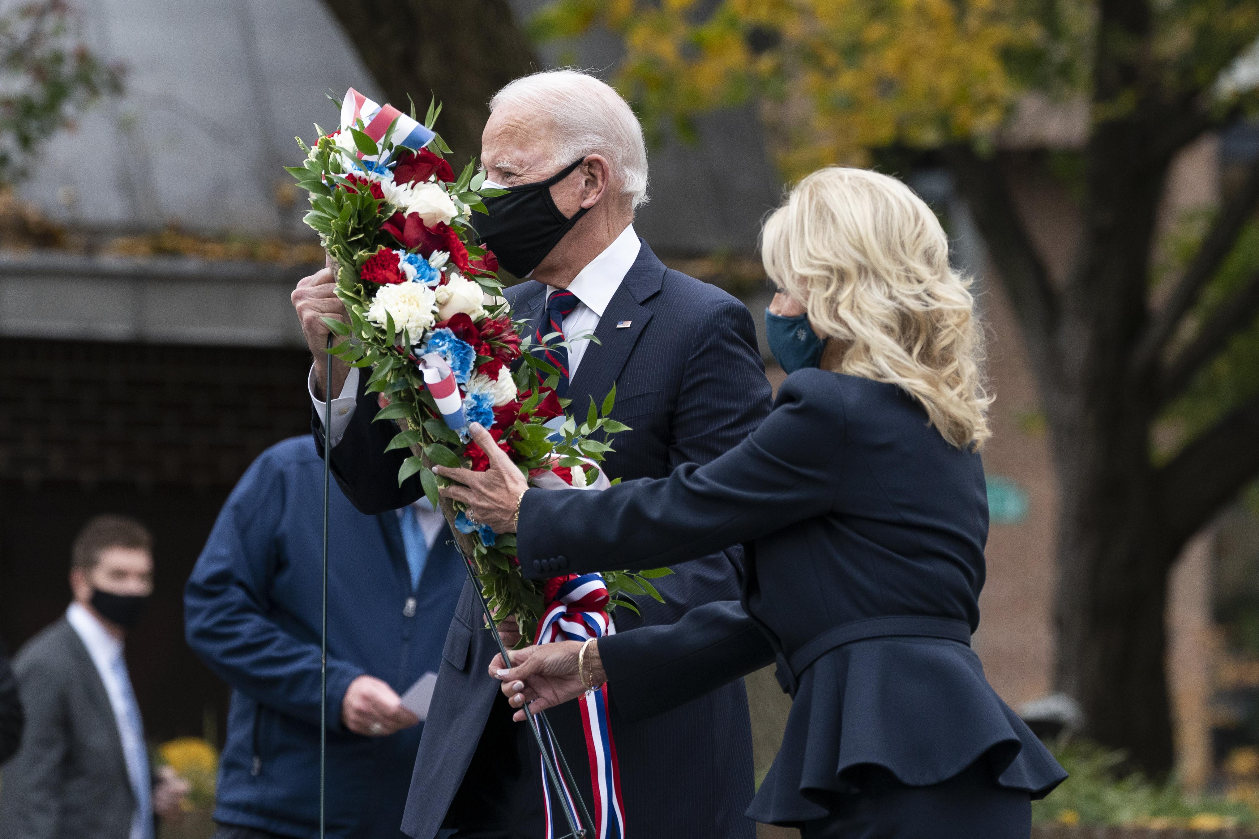 ▲▼拜登與吉爾夫人前往賓州費城韓戰紀念公園獻花。(圖/達志影像/美聯社)