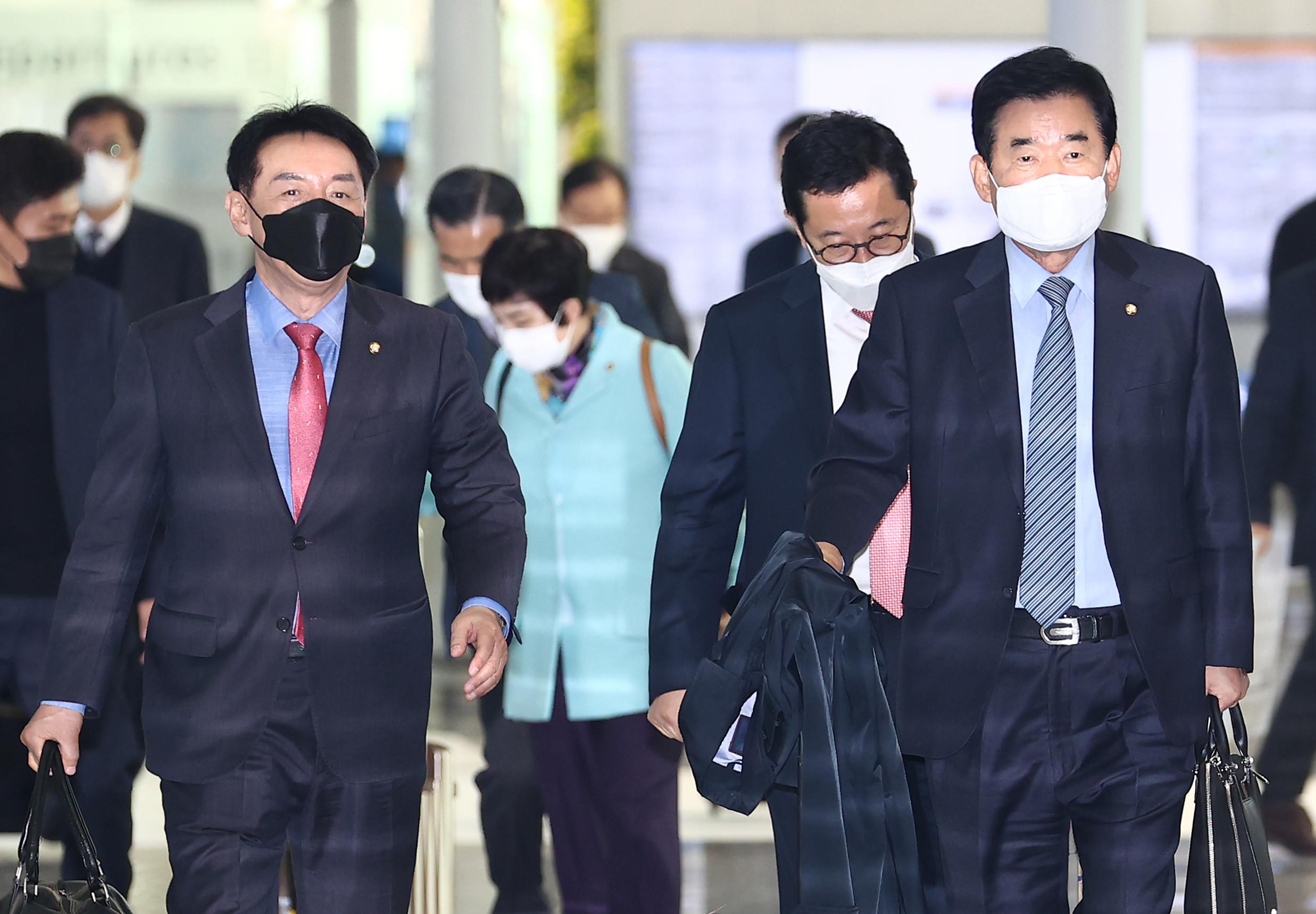 ▲▼南韓國會議員金珍杓、金碩基等人大陣仗出訪日本東京,並拜會菅義偉。(圖/達志影像)