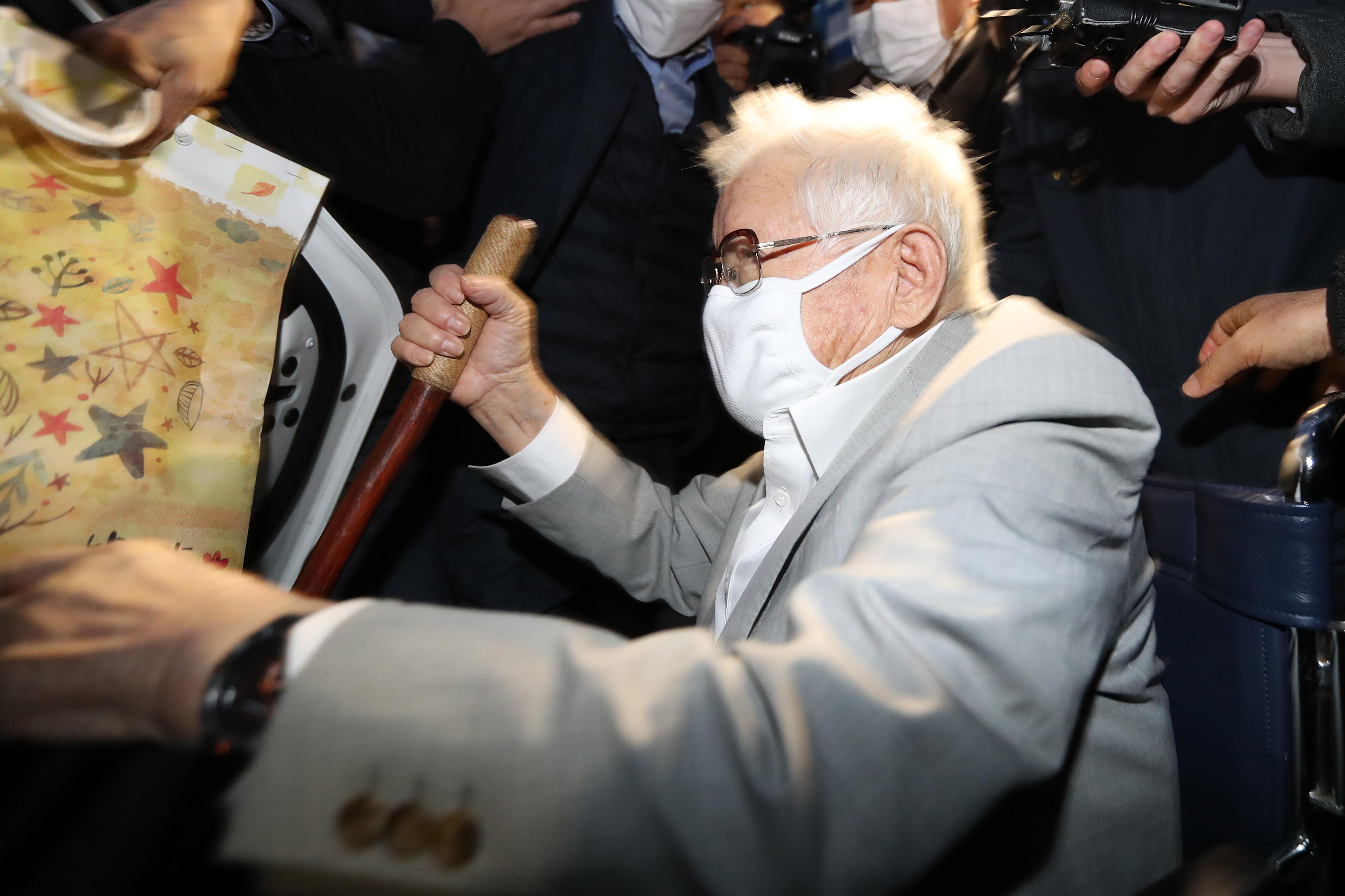 ▲▼李萬熙保釋出獄時身形憔悴,頭髮花白。(圖/達志影像)