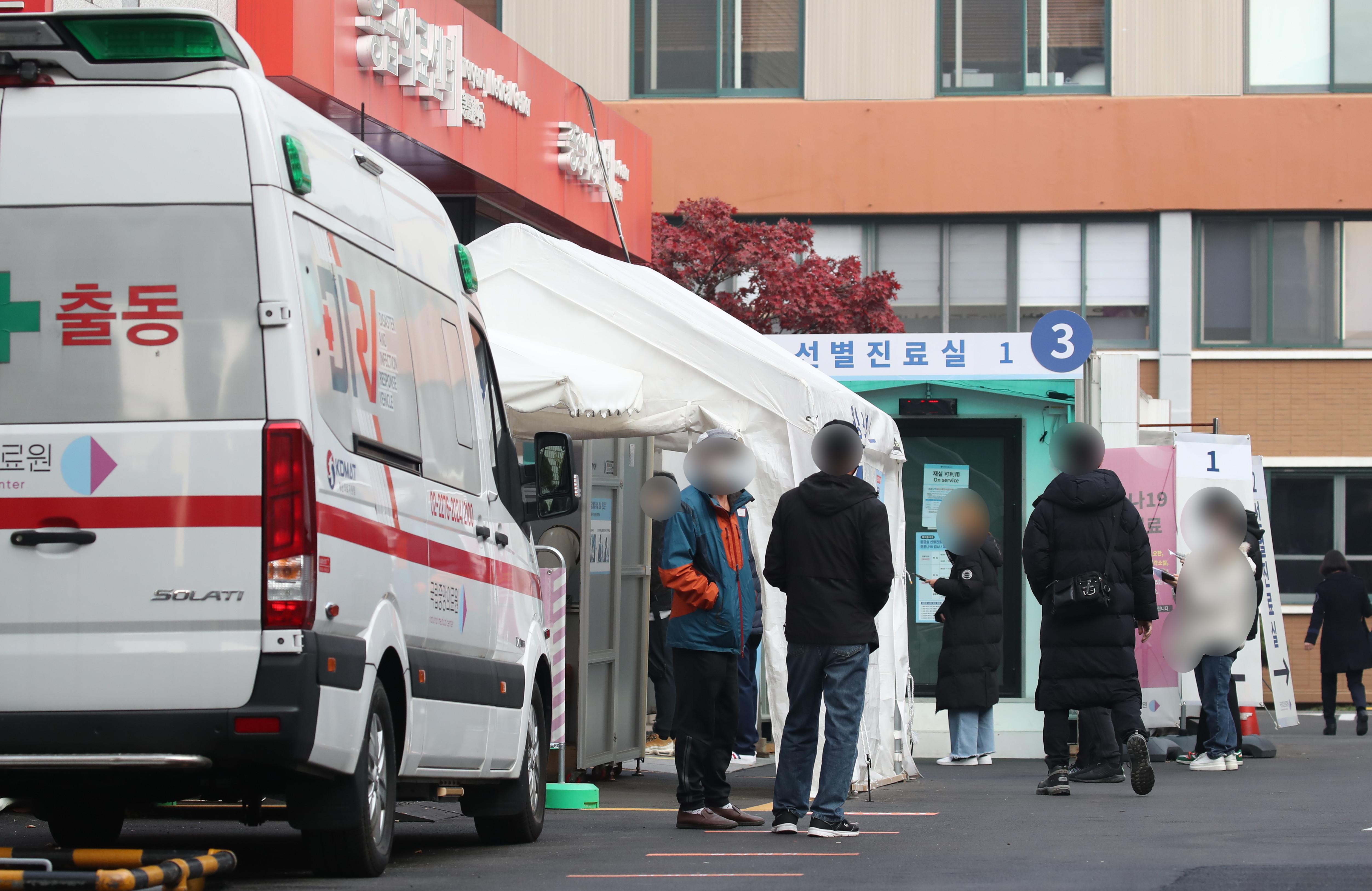 ▲▼南韓單日新增病例飆至205,首爾的醫院外聚集等待篩檢的民眾。(圖/達志影像)