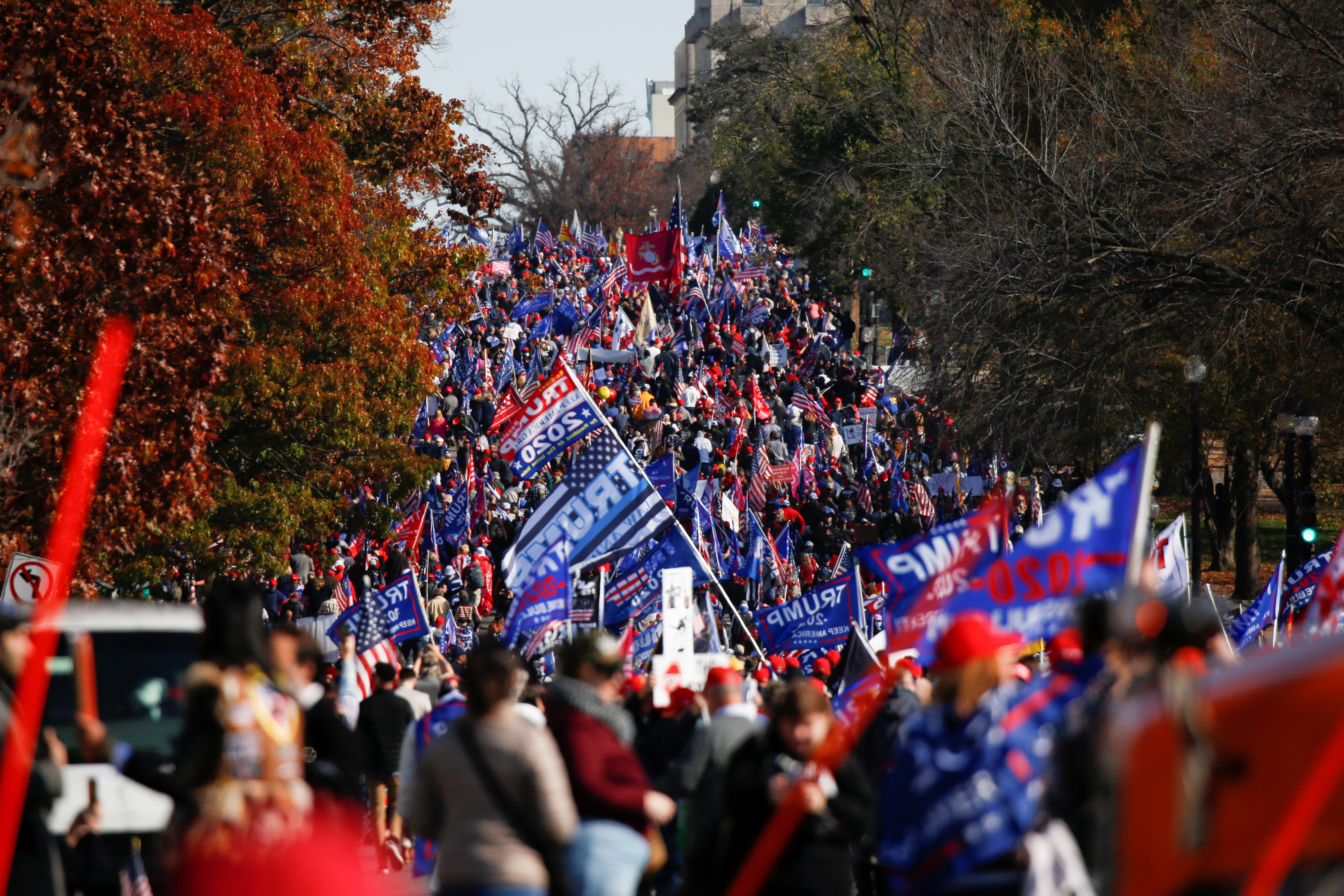 ▲▼數萬名川普支持者聚集在華府白宮外,聲援總統川普。(圖/路透社)