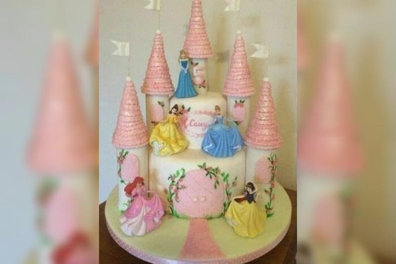 Fw: [新聞] 女兒訂公主蛋糕…驚見三根「紫紅長條」挺立 父崩潰:童年