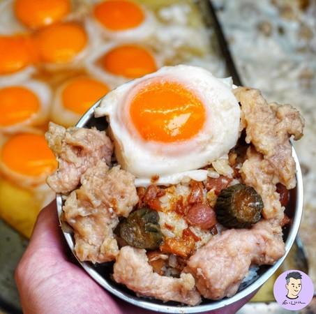 寧夏夜市必嚐美食!40年鴨蛋滷肉飯 金黃蛋液+鹹香滷汁凍未條 | ETt