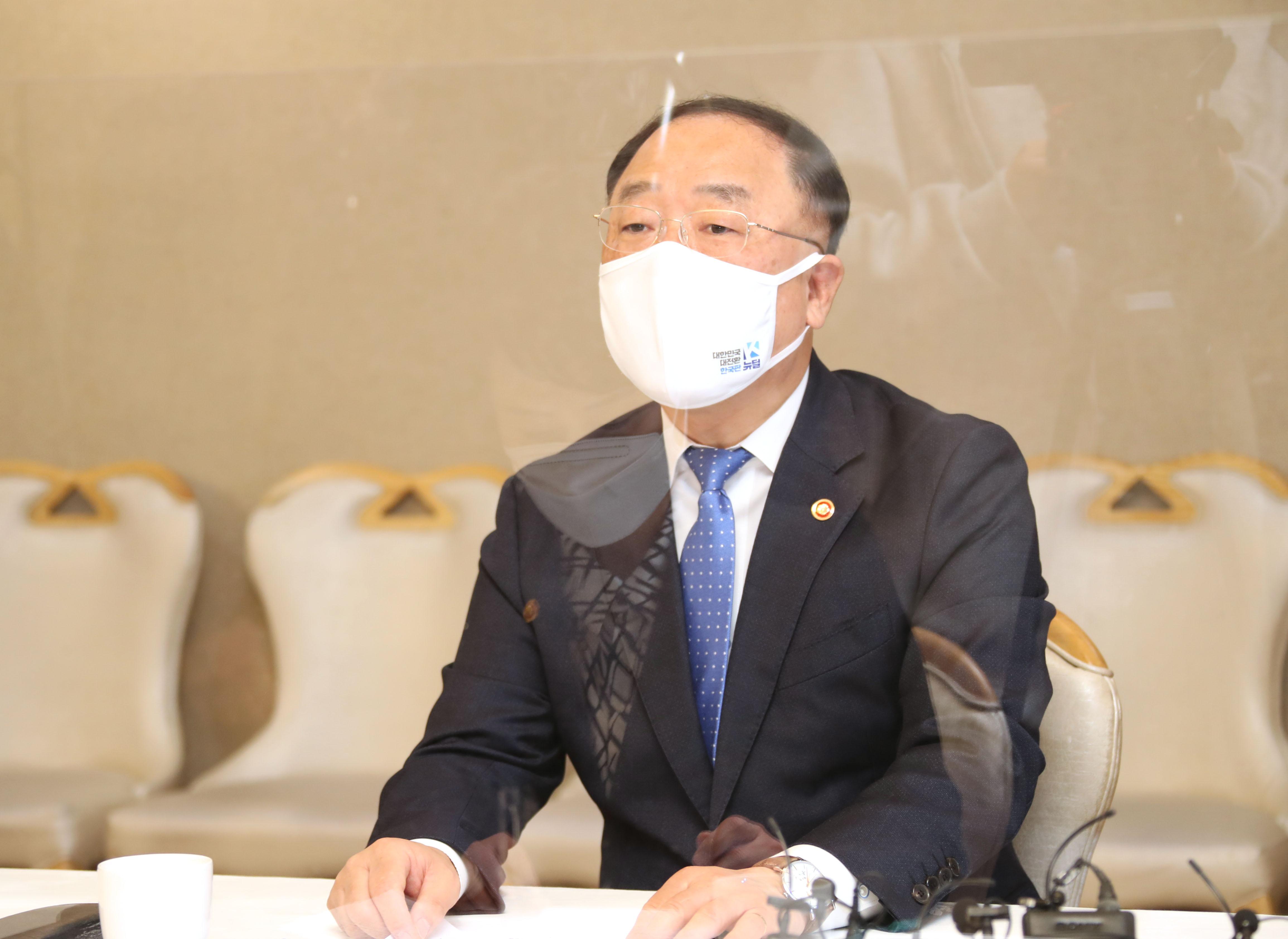 ▲▼南韓企劃財政部長洪楠基針對穩定房市議題召開會議。(圖/達志影像)