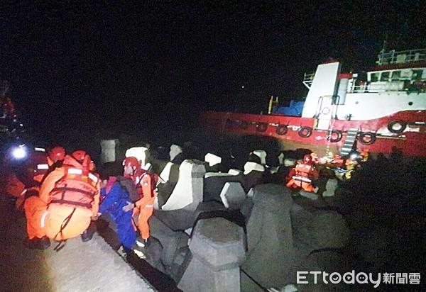 中油工程船擱淺桃園觀音海邊 險撞消波塊...海巡消防救出4船員