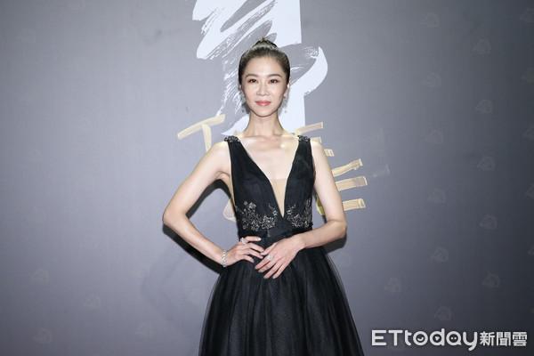 金馬獎/謝盈萱破尺度「深V開到肚臍」 性感黑禮服現身紅毯!