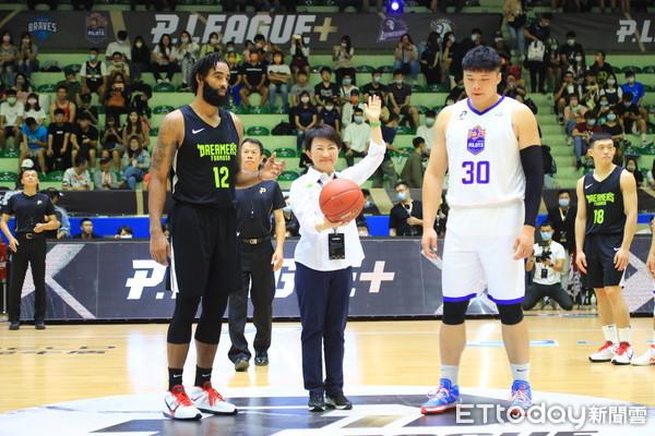 新職籃「P. LEAGUE+」熱身賽台中引爆 盧秀燕開球連看2場力挺