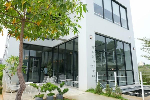 整排落地窗+植物太療癒!彰化純白韓風咖啡館 炸蝦鋪滿咖哩飯上