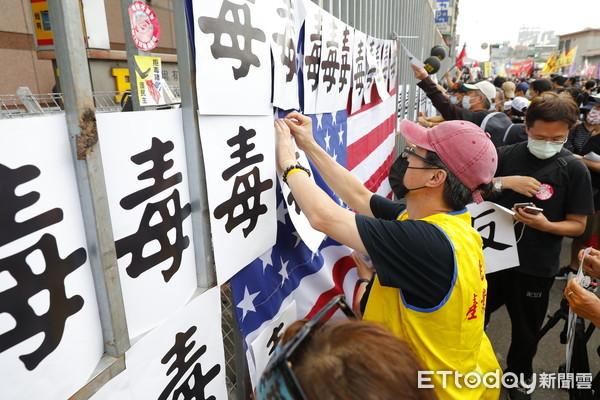 影/秋鬥遊行湧5萬人參與 民進黨部遭民眾丟雞蛋、保溫瓶