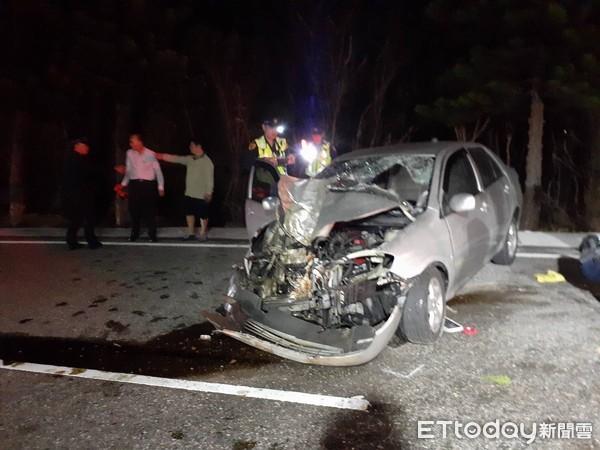 快訊/澎湖轎車自撞路樹3傷!26歲駕駛受困「車頭撞爛全毀」