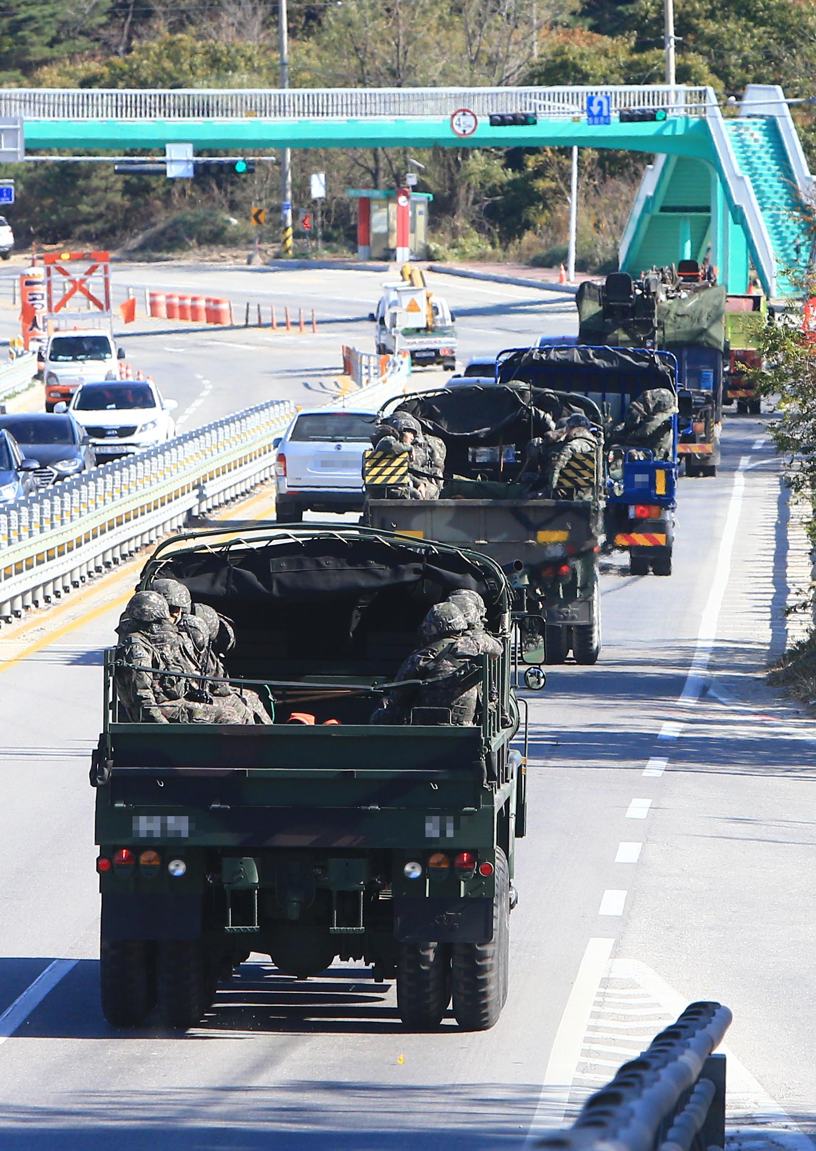 ▲▼3日,南韓出動大批軍力尋找潛入國境的脫北男子。(圖/達志影像/美聯社)