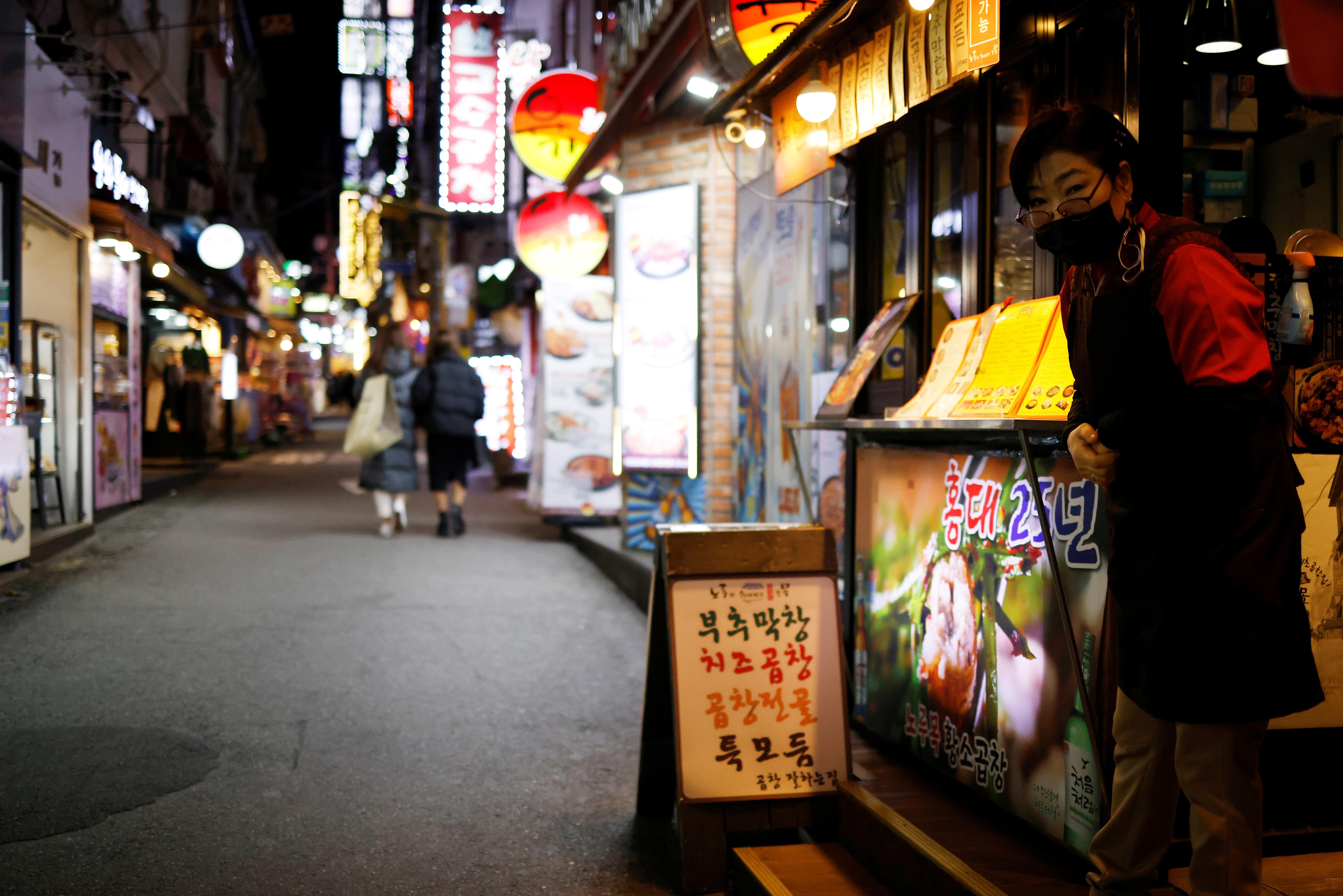 ▲▼南韓疫情延燒,首爾市弘大一間烤牛小腸餐廳老扁娘正翹首等待顧客來臨。(圖/路透社)