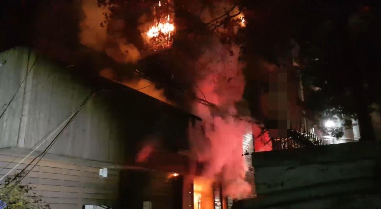 ▲▼69歲房客不滿業者拒提供酒,於是縱火燒屋,造成另2名房客死亡。(圖/首爾麻浦消防署)