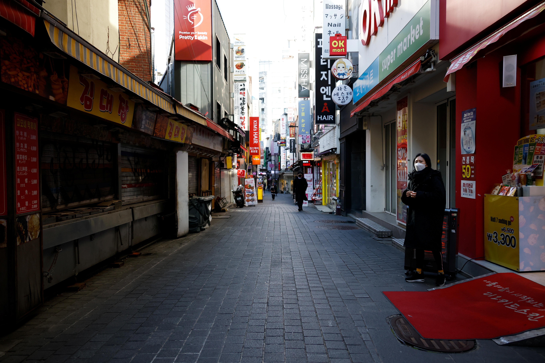 ▲▼南韓疫情全面失控,首爾鬧區街頭冷清,多數店家關門、待租。(圖/路透社)